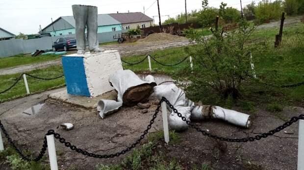 Стало известно, кто обрушил памятник Ленину в Саратовской области