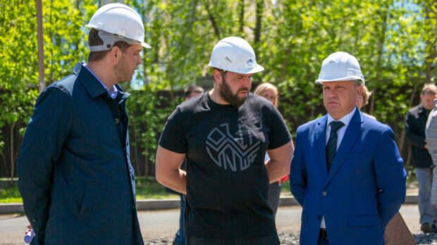 Дом сдетской площадкой накрыше начали строить наулице Глинки воВладивостоке