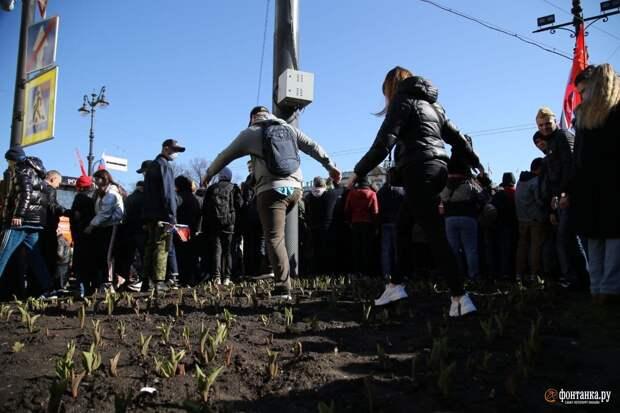 Петербуржцы собрались в толпу на подступах к Дворцовой площади. Маски есть у единиц