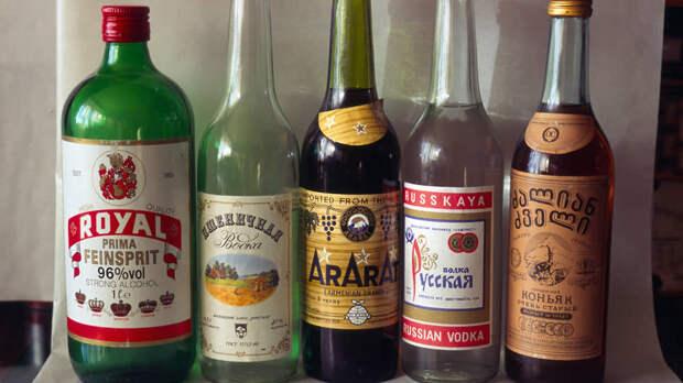 Ассортимент ликеро-водочных магазинов середины 90-х. Слева знаменитый спирт «Роял»
