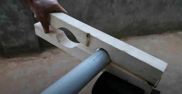 Простое самодельное приспособление для резки пластиковых труб