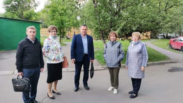 В вазоны возле двух домов на Череповецкой высадят цветы