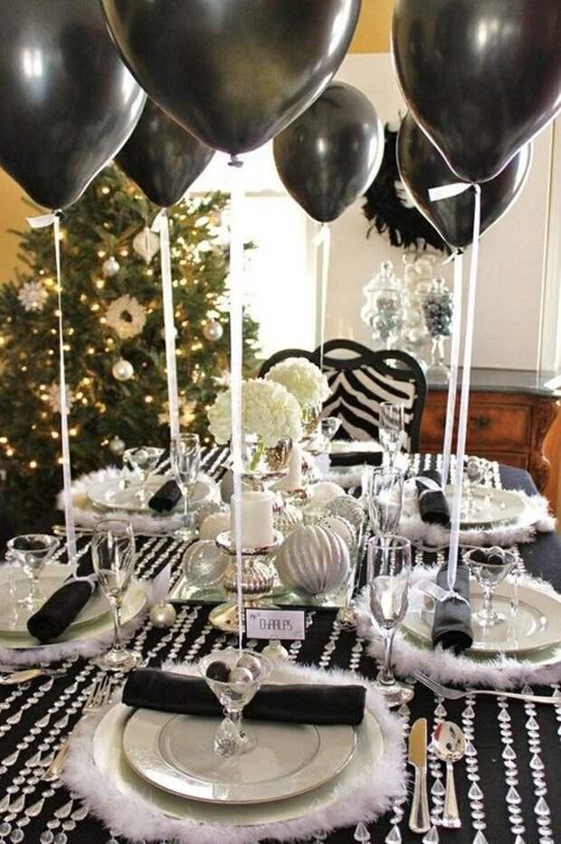 Сервировка стола с воздушными шариками