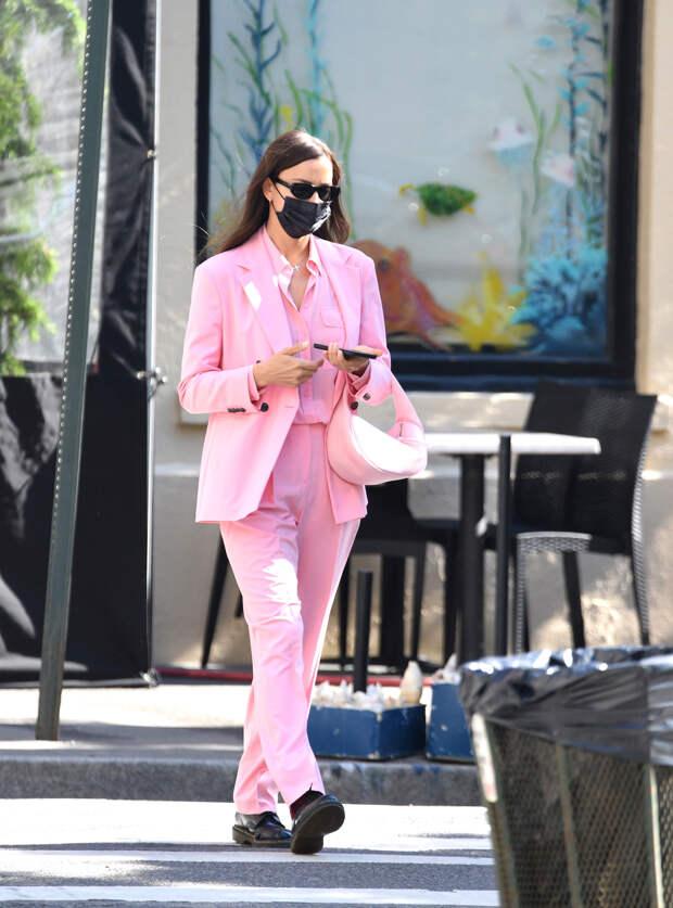 Розовый брючный костюм с рубашкой в тон: Ирина Шейк показывает, как носить тотал-пинк