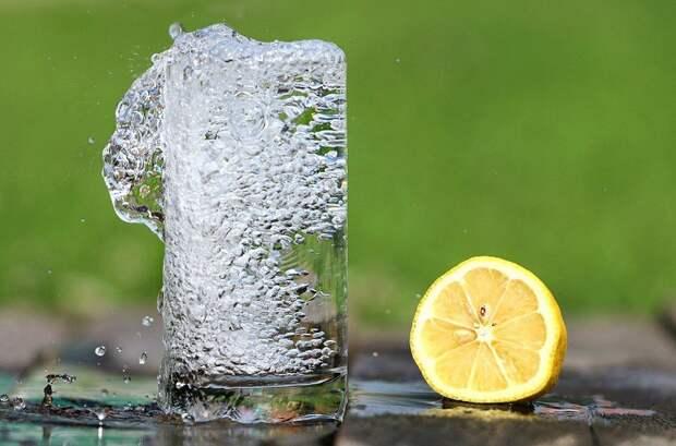 Гастроэнтеролог сообщила, кому противопоказано пить много воды