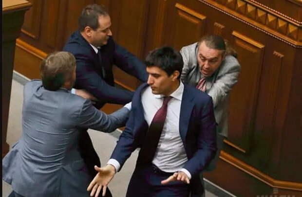 Осевший в Москве ахметовский прихвостень потребовал от Путина сдать Донбасс