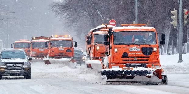 Более 200 дворников и единиц техники разгребают снег в Некрасовке