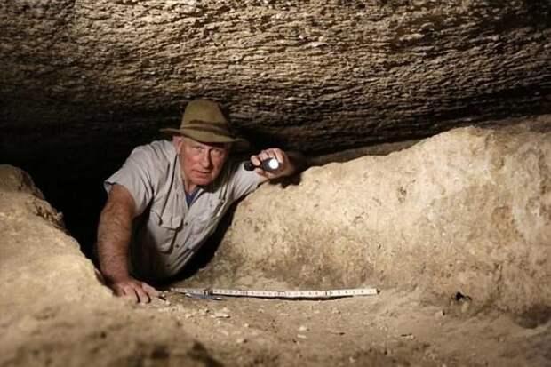 Теперь археолог Марк Леннер, ведущий специалист в этой области, обнаружил доказательства существования затерянного водного пути под пыльным плато Гиза