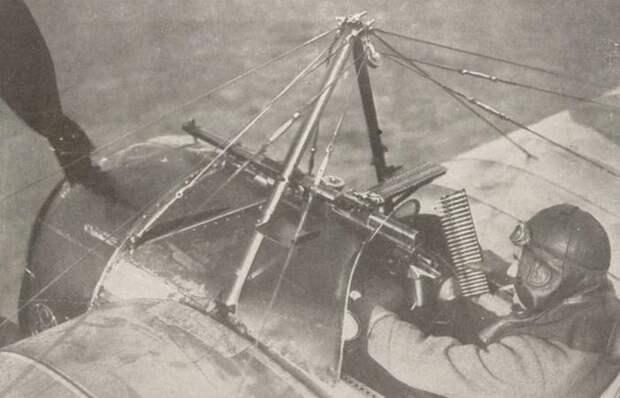 Как экипажи самолетов времен Первой мировой войны умудрялись стрелять через винт