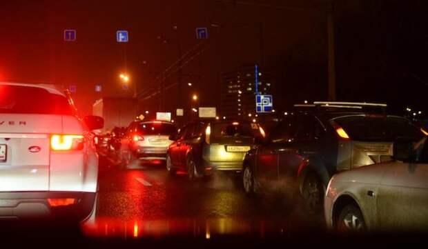 В Симферополе девушка набросилась на машину