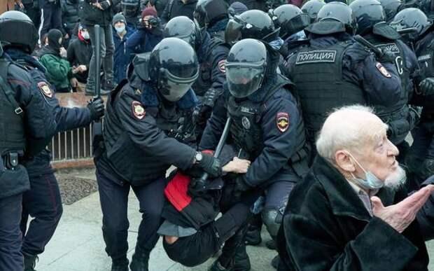 Кто толкает людей под дубинки: Гаспарян объяснил спешку соратников Навального