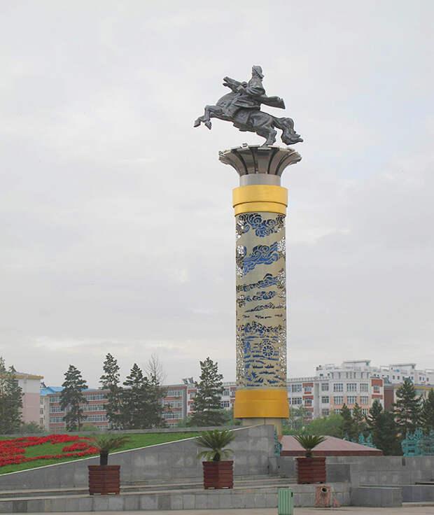 Монумент Чингисхану в Хулун-Буире.