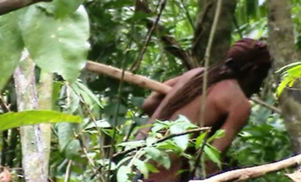 Индеец 32 года живет один в доме-яме: самый одинокий человек на планете