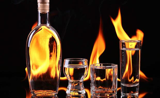 Согревающий алкоголь Всем известно, что употребление алкоголя может согреть. Однако, это неправда. Спирт усиливает напор крови к кожному покрову, а ваши внутренние органы начинают охлаждаться. Это означает, что фактически вы замерзаете больше после каждого нового глотка. Более того, прекращение дрожи от холода после крепких напитков тоже не самый лучший признак. Дрожью организм создает дополнительное тепло, а вы ему мешаете.