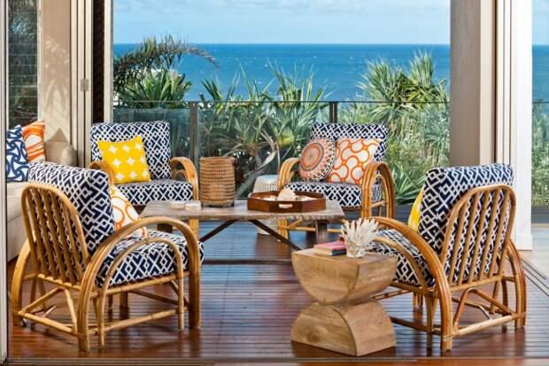 Очень яркое оформление летней площадки частного дома, несмотря на то что, обивка мебели выполнена в черно-белых орнаментах
