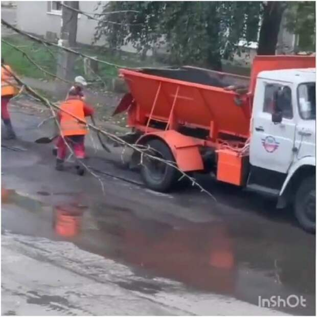 В Донецке асфальт кладут в лужи во время дождя
