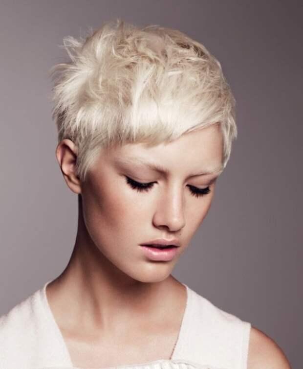 блондинка с короткой, рваной стрижкой