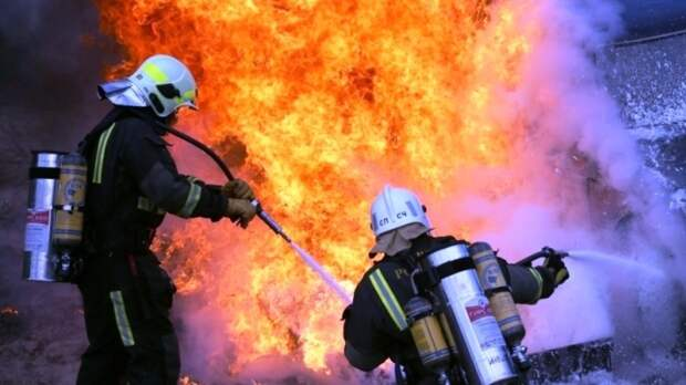 Огонь с крыши екатеринбургской многоэтажки перекинулся на квартиру