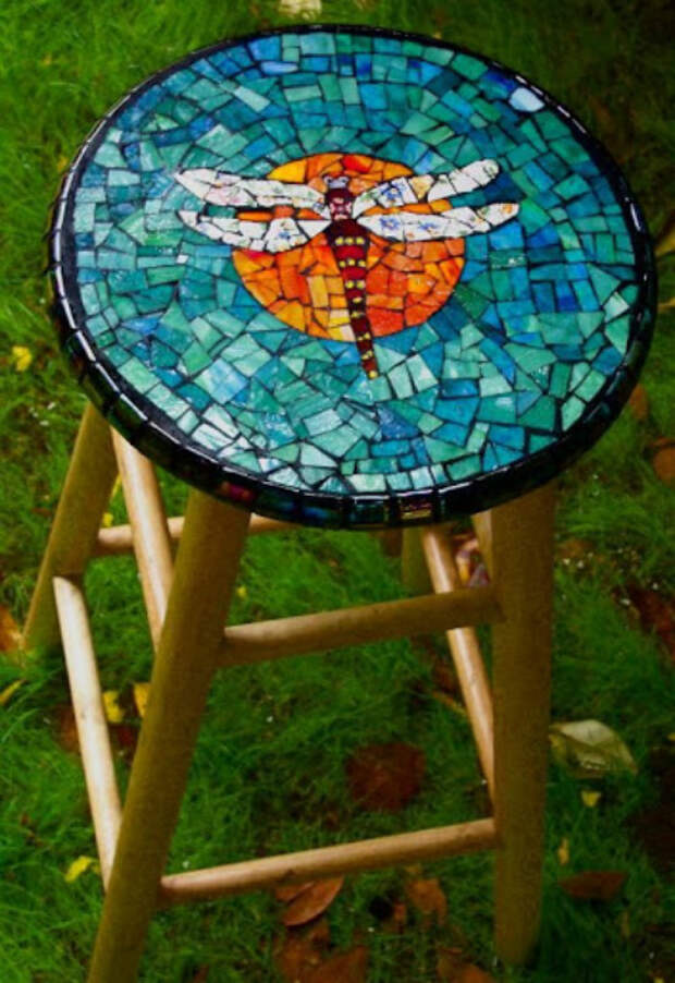 Табуреты с мозаикой.   Фото: The garden!