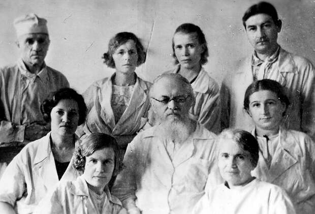 Епископ Лука с сотрудниками госпиталя.jpg