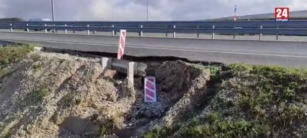 Обочину новой объездной «Дубки-Левадки» разрушают оползни