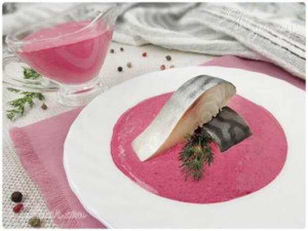 Закуска из соленой скумбрии со смородиновым соусом из черной смородины со сметаной и хреном