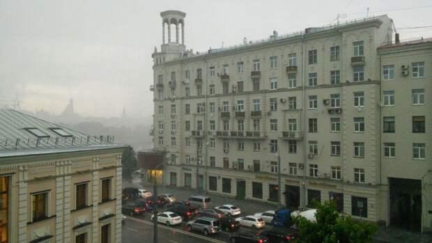 Ливни с грозой и градом обрушатся на Москву в воскресенье