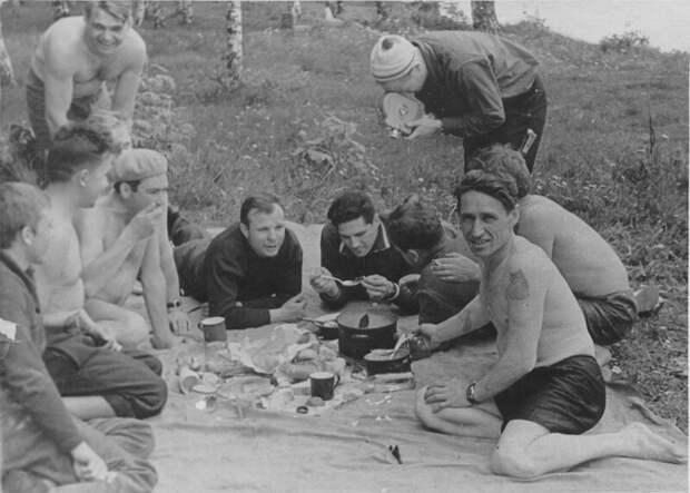 Во времена СССР мужчины часто устраивали пикники с бутербродами, шашлыками и прочими вкусностями. Кстати, на этом снимке изображен Юрий Гагарин со своими друзьями-космонавтами. СССР, история, ностальгия, фотографии