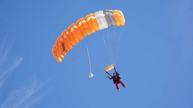 Двоих парашютистов госпитализировали после неудачного приземления в Подмосковье