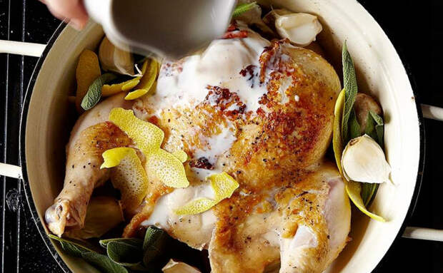 Выпекаем курицу в кастрюле молока. Мясо размягчается так, что его можно не жевать