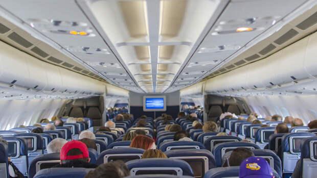 Бортпроводник довел до слез пассажиров перед взлетом шуткой о сумках Gucci