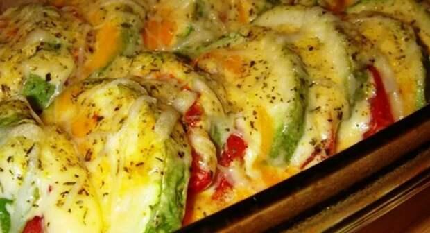 Для любителей овощных блюд: кабачки, запеченные с помидором и сыром в духовке