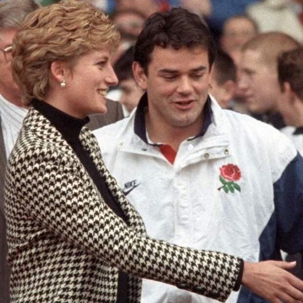 Диана приветствует членов английской сборной по регби. Рядом ─ капитан сборной Уилл Карлинг, 1994 год. \ Фото: kurio.id.