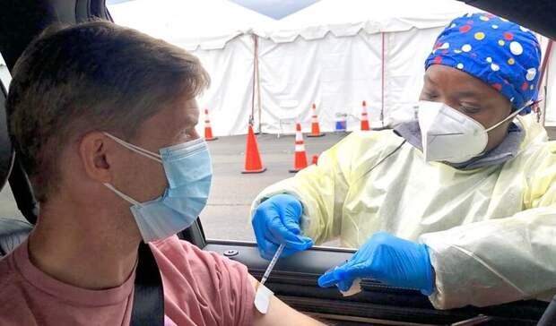 Сделавшим прививку от COVID в США разрешили не носить маску и не держать дистанцию