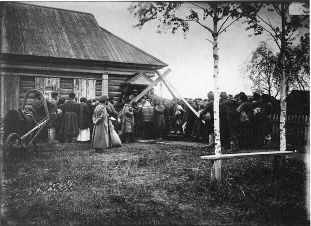 Раздача хлеба в ссуду крестьянам в городе Княгинине. 1891-1892 гг. История в фотографиях, россия