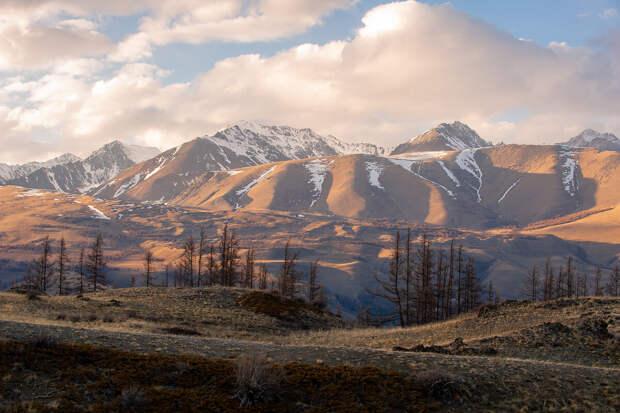 Вечернее солнце, мягко скользящее по горам.