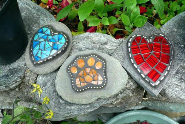 Камни, декорированные мозаикой.   Фото: The Flow Zone.