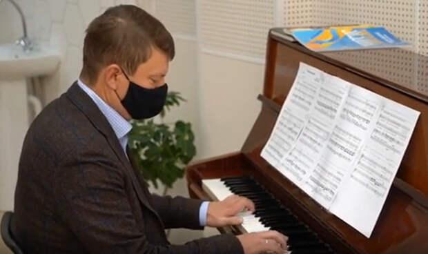 Глава Красноярска сыграл на фортепиано во время открытия музыкальной школы