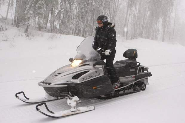 Владимир Путин на снегоходе в Красной Поляне, лыжном курорте возле Сочи, 3 января 2010 года.