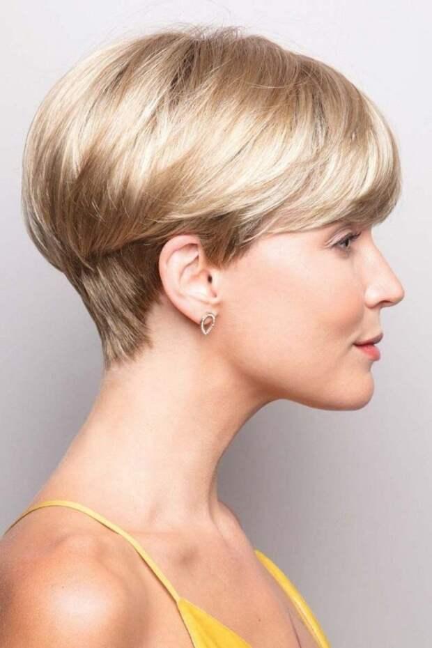 блондинка в профиль с короткой стрижкой