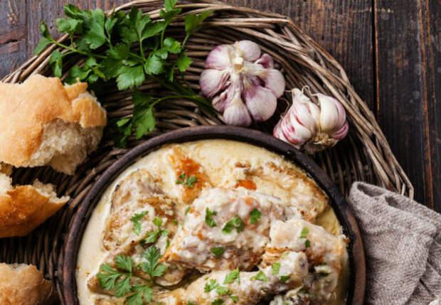 Сочная курица по-кабардински: сначала жарим, а потом тушим в сметане и луком