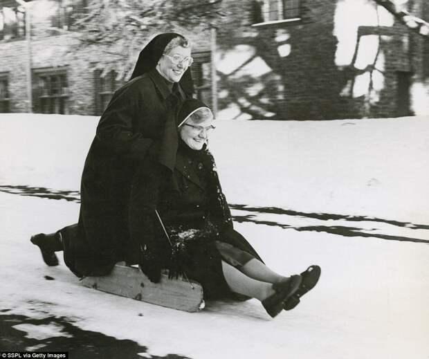 А когда-то британцы любили снег:  зима в Великобритании на винтажных фотографиях 1900 – 1960 годов