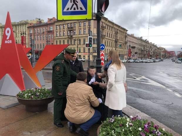 На церемонии возложения цветов в Петербурге упал суворовец