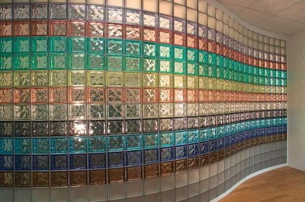 Стеклянные блоки используют и сегодня. / Фото: stroyfora.ru
