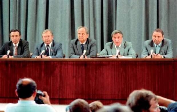 Члены ГКЧП объявляют о введении в СССР чрезвычайного положения.