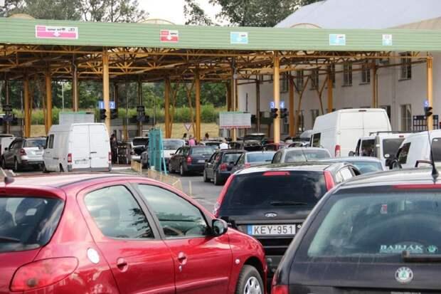 Украинцы массово бегут из страны: на польской границе образовалась пробка
