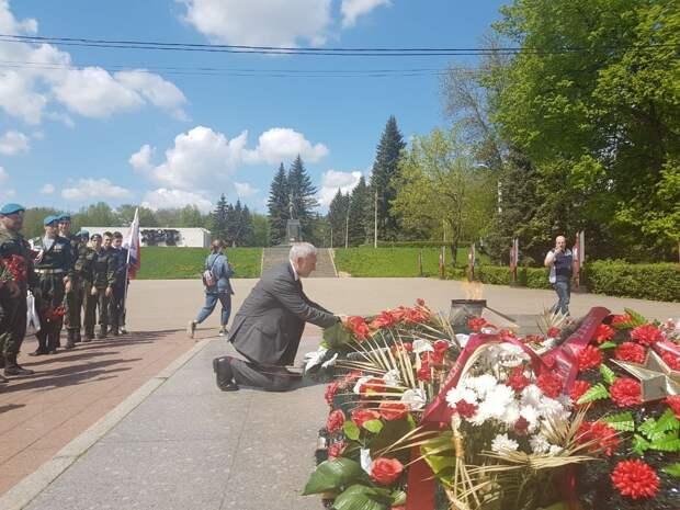 Председатель партии «Родина» Алексей Журавлёв в Великих Луках: «Преклоняя колено, возлагаю цветы»