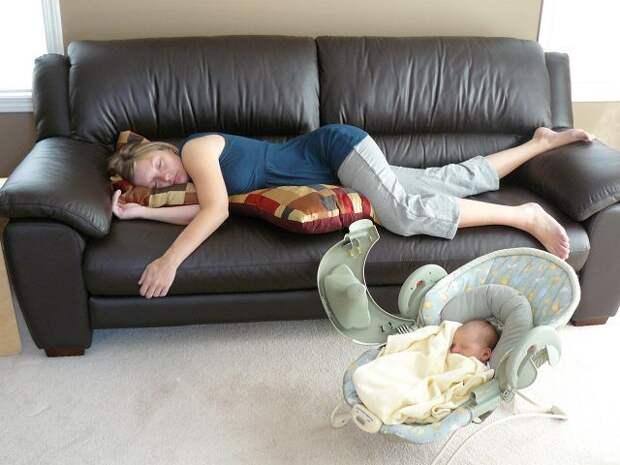 Измученная мама спит