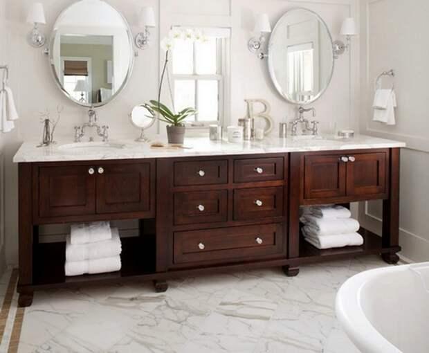 зеркала по обе стороны от окна в ванной