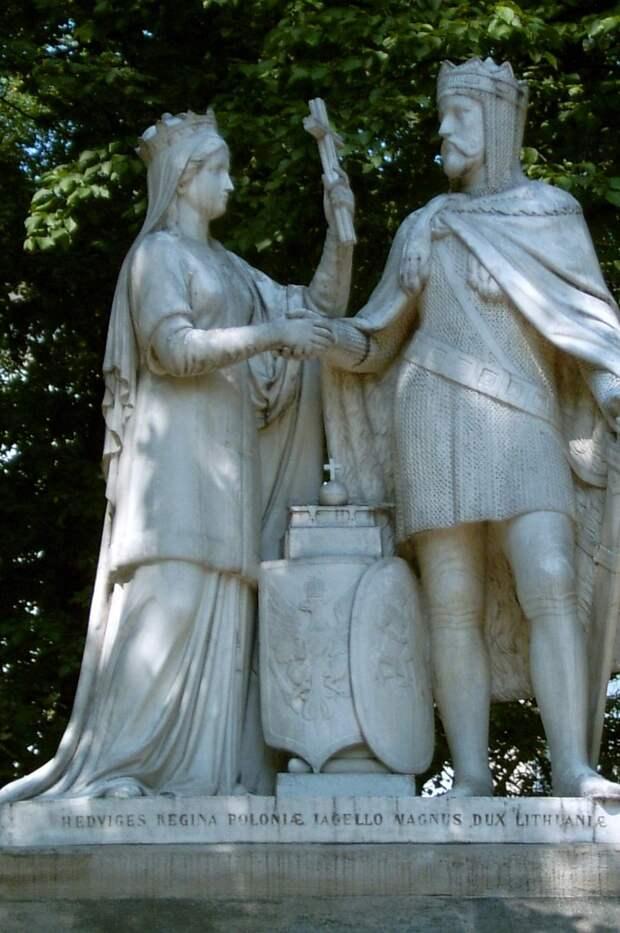 14 августа 1385 года была подписана Кревская уния соглашение о династическом союзе между Великим княжеством Литовским и Польшей, по которому литовский великий князь Ягайло, вступив в брак с польской королевой Ядвигой, провозглашался польским королём.